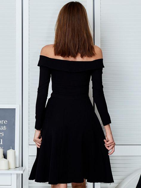 Sukienka czarna z odkrytymi ramionami i wycięciem                              zdj.                              2