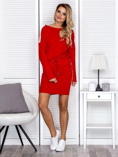 Sukienka damska dresowa z troczkami czerwona                              zdj.                              4