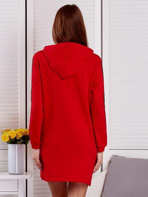 Sukienka damska z lampasami i kapturem czerwona                              zdj.                              2