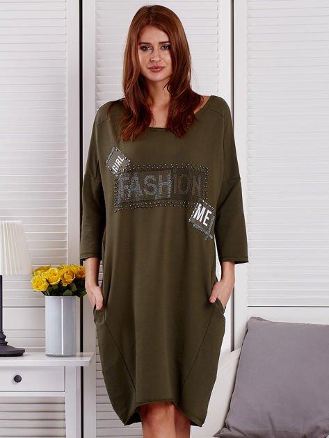 Sukienka damska z napisem z dżetów khaki                                  zdj.                                  1