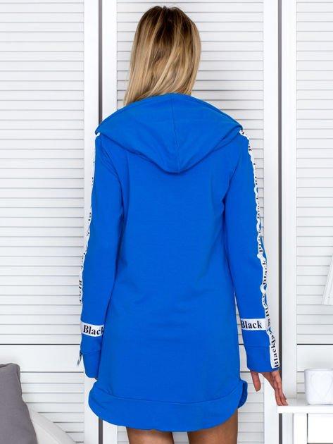 Sukienka dresowa z kapturem i nadrukiem niebieska                              zdj.                              2
