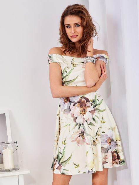 Sukienka ecru odsłaniająca ramiona w malarski deseń                                  zdj.                                  1