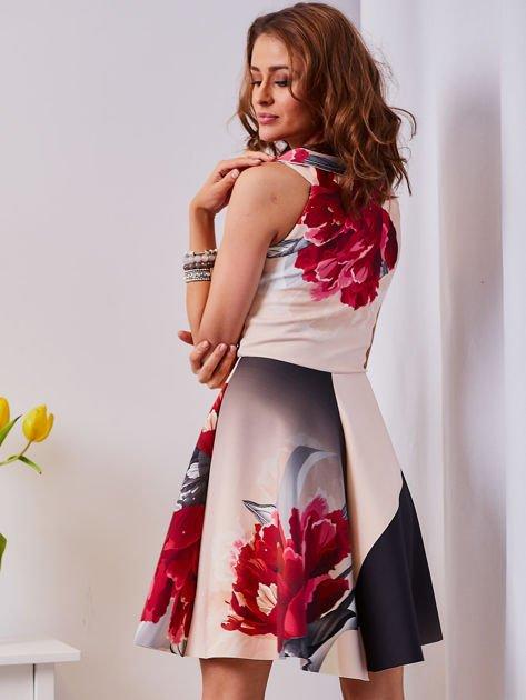 Sukienka jasnoróżowa w duże kwiaty                              zdj.                              2