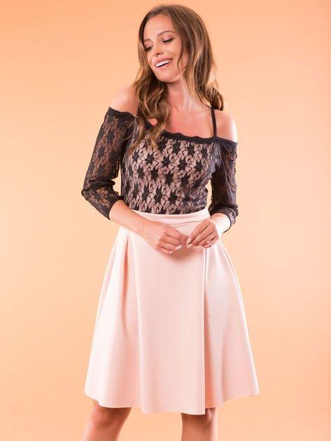 Sukienka jasnoróżowa z koronkową górą i cienkimi ramiączkami                              zdj.                              1