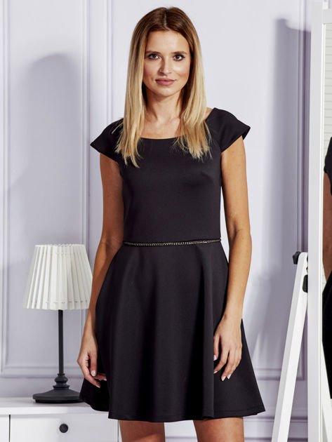 Sukienka koktajlowa z błyszczącym paskiem czarna                              zdj.                              1
