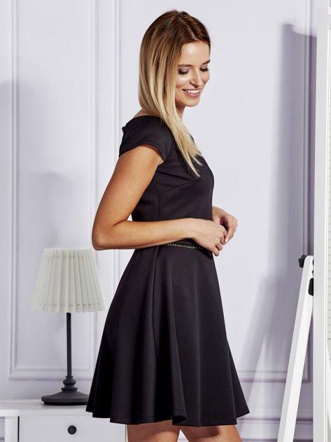 Sukienka koktajlowa z błyszczącym paskiem czarna                              zdj.                              3