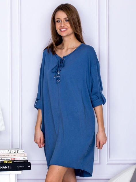 Sukienka niebieska o kroju oversize ze sznurowaniem                              zdj.                              3