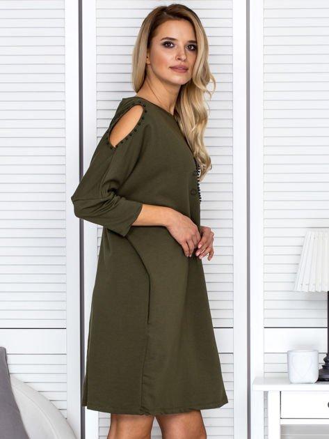 Sukienka oversize z wycięciami na rękawach i perełkami khaki                              zdj.                              3