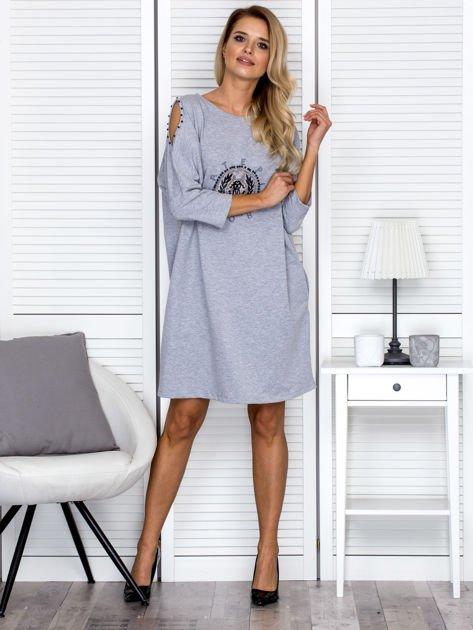 Sukienka oversize z wycięciami na rękawach i perełkami szara                              zdj.                              4