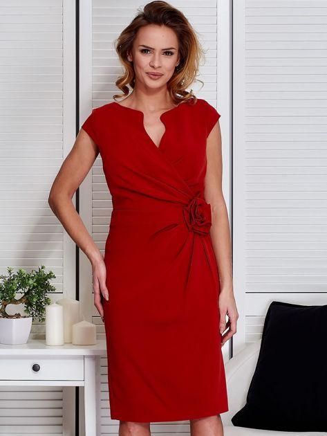 Sukienka pomarańczowa z drapowaniem i ozdobnym kwiatem                                  zdj.                                  1