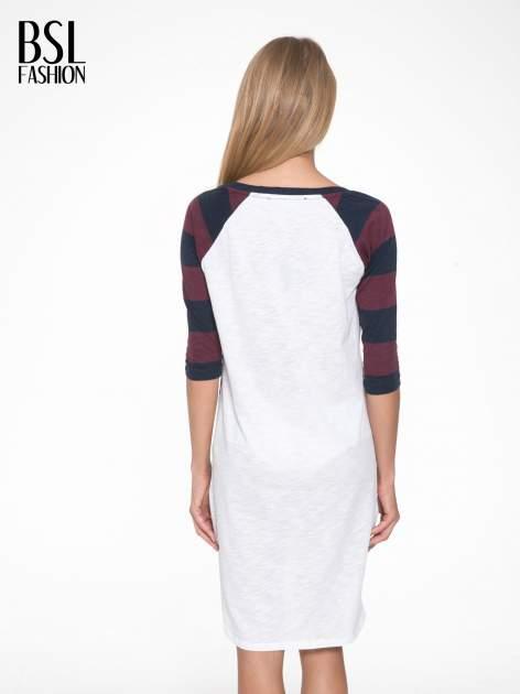 Sukienka z nadrukiem rockowym i reglanowymi rękawami w bordowe paski                                  zdj.                                  2