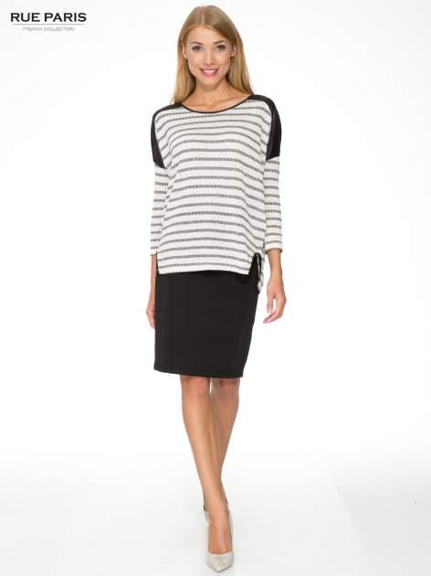 Sweter w ecru-czarne paski ze wstawkami na ramionach imitującymi skórę                                  zdj.                                  2