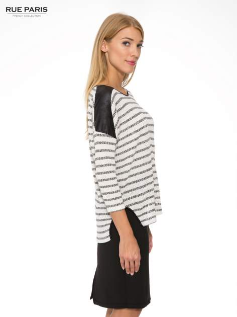 Sweter w ecru-czarne paski ze wstawkami na ramionach imitującymi skórę                                  zdj.                                  3