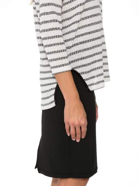 Sweter w ecru-czarne paski ze wstawkami na ramionach imitującymi skórę                                  zdj.                                  8