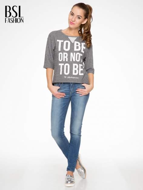 Szara bluza z nadrukiem TO BE OR NOT TO BE                                  zdj.                                  5