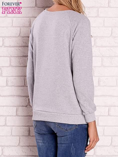 Szara bluza z nadrukiem dziewczyny i napisem                                  zdj.                                  4