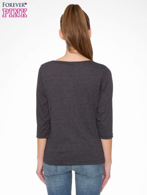 Szara bluzka w stylu fashion z nadrukiem LA VIE EST BELLE                                  zdj.                                  4