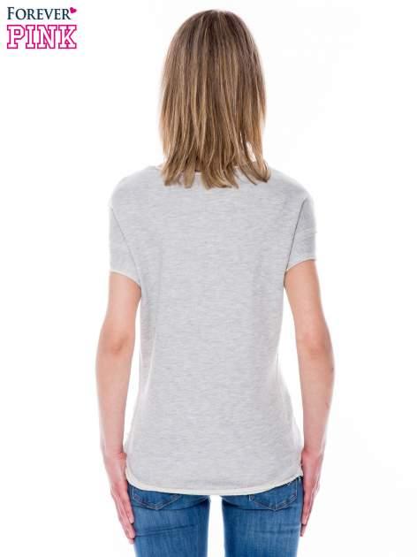 Szara bluzka z matelicznym nadrukiem                                  zdj.                                  4