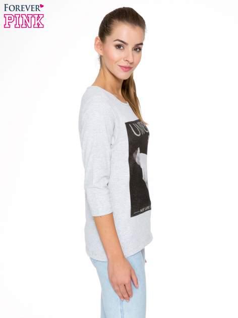 Szara bluzka z nadrukiem kobiety i napisem UNIQUE                                  zdj.                                  3