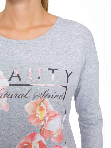 Szara bluzka z nadrukiem kwiatowym i napisem BEAUTY                                  zdj.                                  6