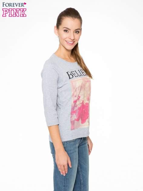 Szara bluzka z nadrukiem róży i napisem BELIEVE                                  zdj.                                  3
