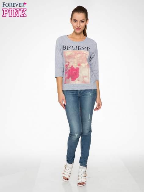 Szara bluzka z nadrukiem róży i napisem BELIEVE                                  zdj.                                  2