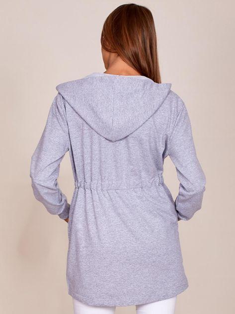 Szara dłuższa bluza ze ściągaczem w pasie i kapturem                              zdj.                              2