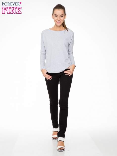 Szara dresowa bluza z dłuższym tyłem i obniżoną linią ramion                                  zdj.                                  2