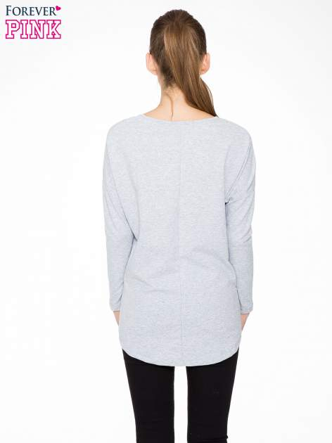Szara dresowa bluza z dłuższym tyłem i obniżoną linią ramion                                  zdj.                                  4