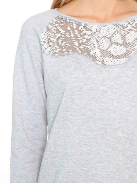 Szara dresowa bluza z koronkową wstawką przy dekolcie                                  zdj.                                  6