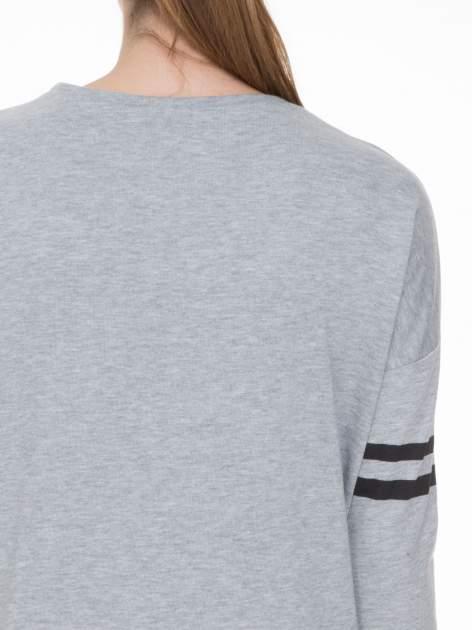Szara dresowa bluza z literą A w stylu baseballowym                                  zdj.                                  5