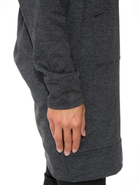 Szara dresowa bluzosukienka z kapturem i kieszenią typu kangur                                  zdj.                                  10