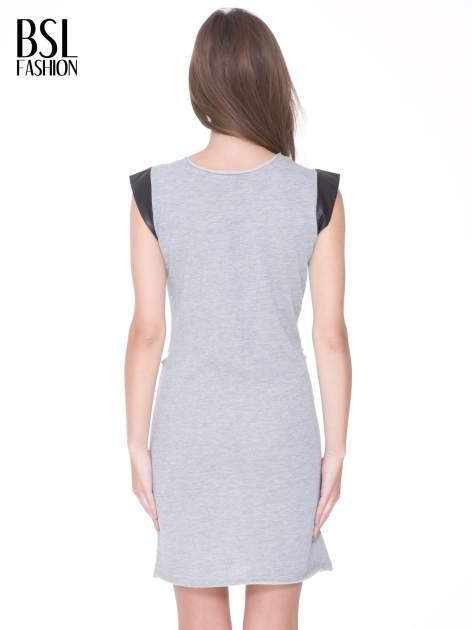 Szara dresowa sukienka ze wstawkami ze skóry przy rękawach                                  zdj.                                  4