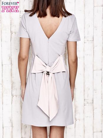 Szara sukienka dresowa wiązana na kokardę z tyłu                                  zdj.                                  4