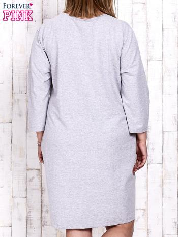 Szara sukienka dresowa z napisem BABE PLUS SIZE                                  zdj.                                  5