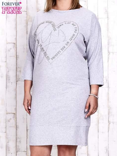 Szara sukienka dresowa z sercem z dżetów PLUS SIZE                                  zdj.                                  1