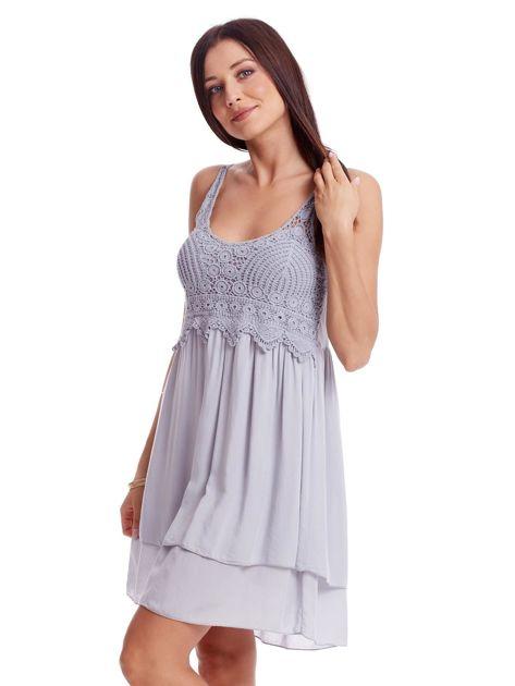 Szara sukienka na cienkich ramiączkach                              zdj.                              3