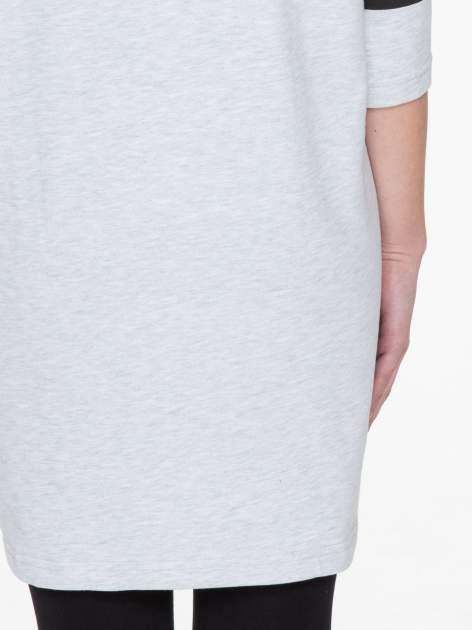 Szara sukienka z napisem NOIR w stylu sportowym                                  zdj.                                  8