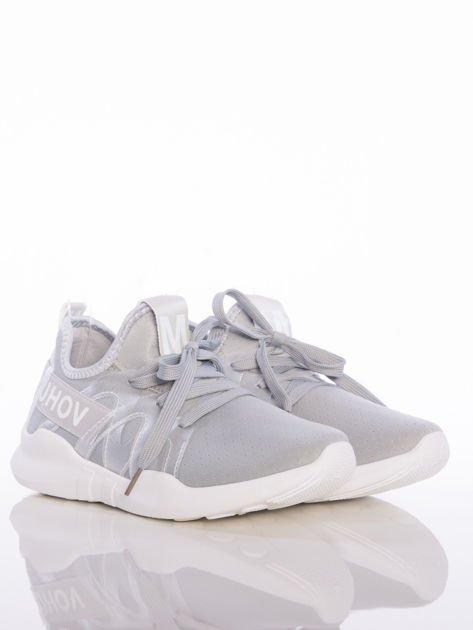 Szare ażurowe buty sportowe Rue Paris z przezroczystymi szlufkami i białymi napisami                                  zdj.                                  2