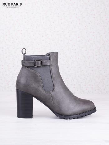 Szare cieniowane botki eco leather Emma z ozdobną klamerką na słupku                                  zdj.                                  1