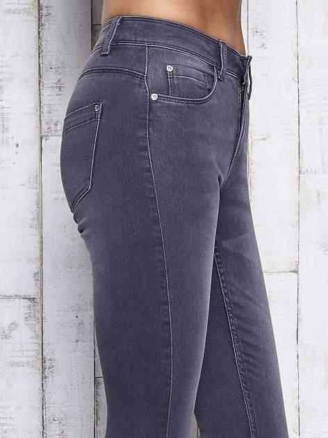 Szare dopasowane spodnie jeansowe                                   zdj.                                  5