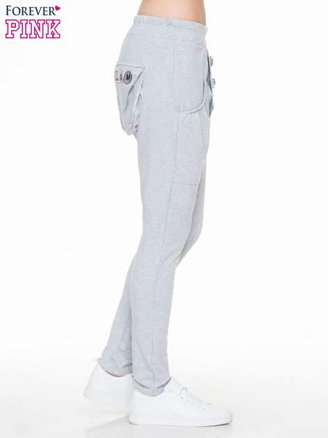 Szare dresowe spodnie baggy z guzikami i ozdobnymi kieszonkami                                  zdj.                                  3
