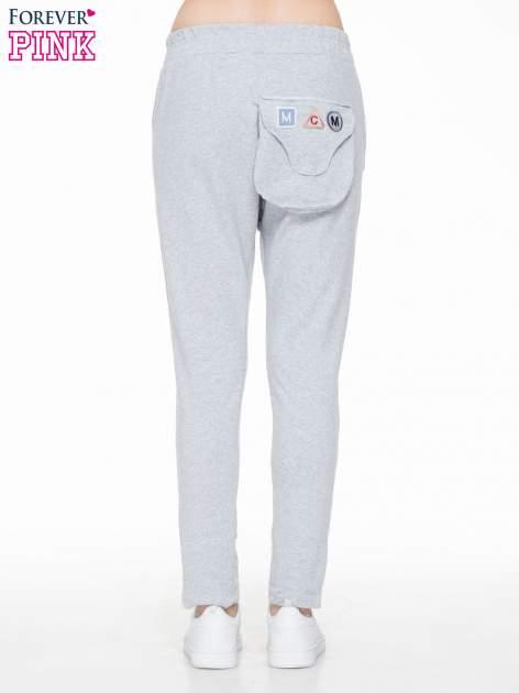 Szare dresowe spodnie baggy z guzikami i ozdobnymi kieszonkami                                  zdj.                                  2