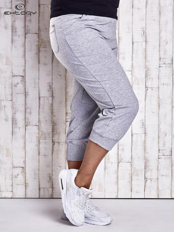Szare dresowe spodnie capri z kieszonkami PLUS SIZE                                  zdj.                                  3