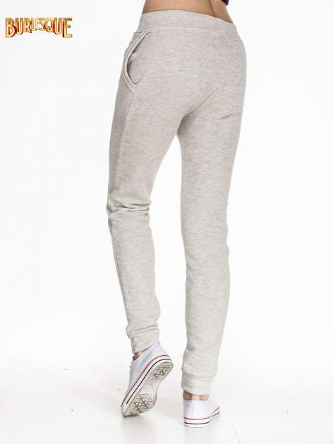 Szare dresowe spodnie damskie o kroju baggy                                  zdj.                                  4