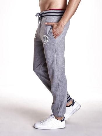 Szare dresowe spodnie męskie z naszywkami i kieszeniami                                  zdj.                                  2