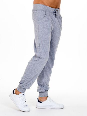 Szare dresowe spodnie męskie z trokami w pasie i kieszeniami                                  zdj.                                  3
