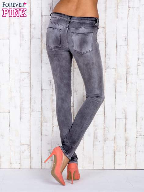 Szare jeansowe spodnie rurki z przetarciami i kieszenią                                  zdj.                                  3