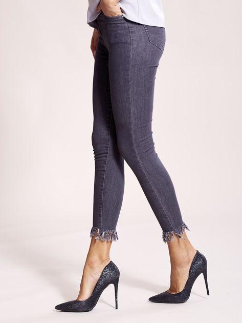 Szare jeansy z postrzępionymi nogawkami                              zdj.                              3