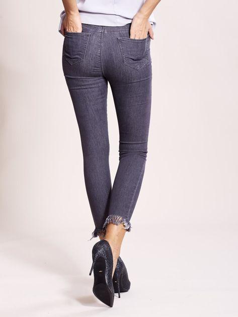 Szare jeansy z postrzępionymi nogawkami                              zdj.                              5
